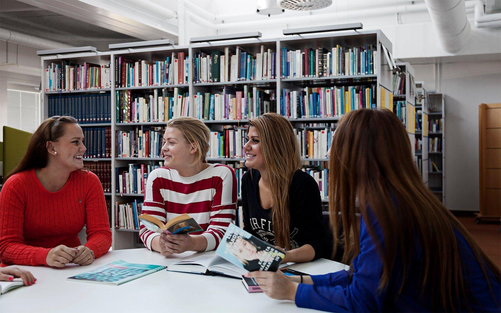 Écoliers du Sågbäcksgymnasiet dans la bibliothèque illuminée de lumière naturelle
