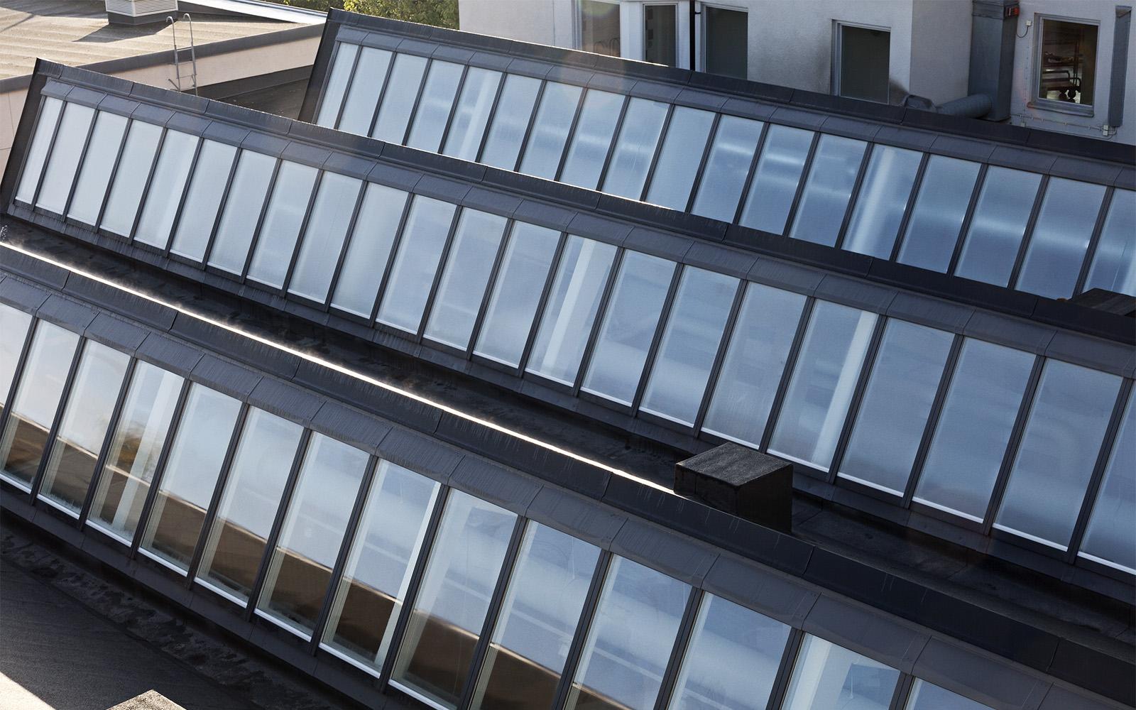Verrières de toit à face nord et plafond en dents de scie du Sågbäcksgymnasiet au Danemark