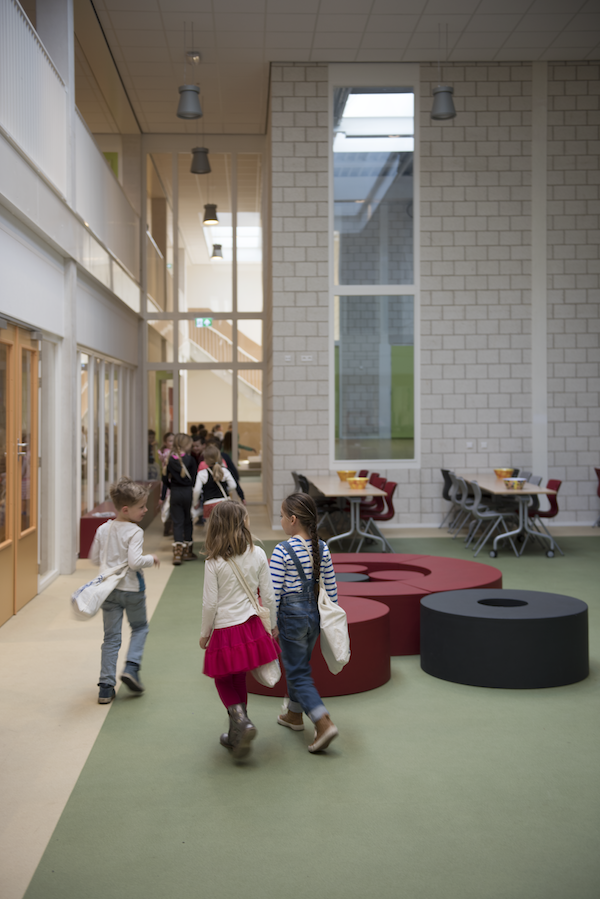 Junge Kinder in der Schule gehen in Richtung Klasse